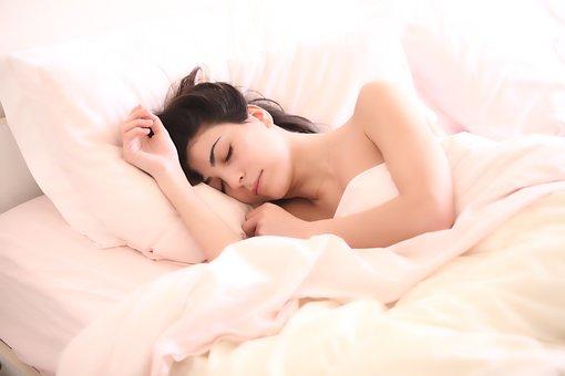 insomnio chica en la cama