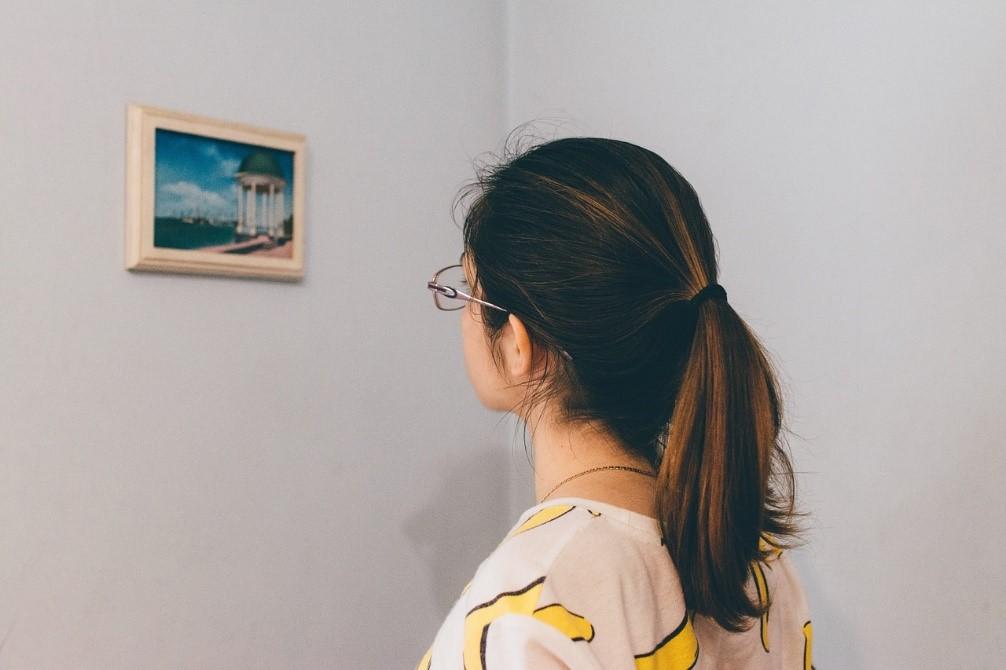 mujerr mirando un cuadro